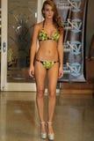 MIAMI - 17 DE JULIO: Un modelo camina pista para la colección del traje de baño de Karo Imágenes de archivo libres de regalías