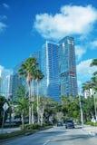MIAMI - 27 DE MARZO DE 2018: Rascacielos y tráfico en un día soleado imagenes de archivo