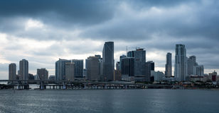 Miami de stad in op een donkere dag Stock Afbeeldingen