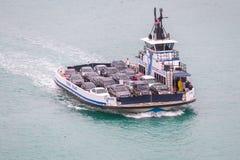 MIAMI, DE V.S. - 11 DECEMBER, 2016: Veerboot die auto's van Fisher Island vervoeren royalty-vrije stock afbeelding