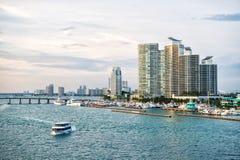 Miami, de V.S. - 18 Maart, 2016: de horizon van de binnenstad op overzeese kust Wolkenkrabber die op bewolkte hemel voortbouwen A Stock Fotografie