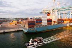 Miami, de V.S. - 01 Maart, 2016: vrachtschip en plezierboot in maritieme containerhaven Zeehaven of terminal met containers en cr Royalty-vrije Stock Foto's