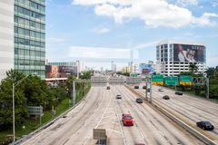 Miami, de V.S. - 30 Oktober, 2015: weg of rijweg met auto's en wolkenkrabbers op bewolkte blauwe hemel Weg met verkeersteken voor Royalty-vrije Stock Foto's