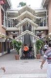 Miami, el 9 de agosto: Escalera del centro comercial de Bayside de Miami en la Florida los E.E.U.U. fotografía de archivo libre de regalías