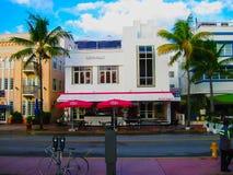 Miami, EUA - 1º de janeiro de 2014: Os hotéis no oceano turístico da avenida conduzem, Miami Beach, Florida foto de stock royalty free