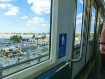 Miami, EUA - 29 de abril de 2018: trem de céu no aeroporto internacional de Miami em Miami, EUA Skytrain começou a levar passagei fotografia de stock royalty free