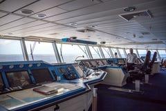 MIAMI, EUA - 15 DE DEZEMBRO DE 2016: Captain na plataforma do comando da navigação do navio de cruzeiros da reflexão da celebrida fotografia de stock royalty free