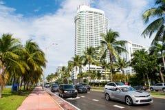 Miami, EUA - 10 de janeiro de 2016: movimentação dos carros na estrada na paisagem urbana Estrada da rua com transporte e as palm Imagens de Stock