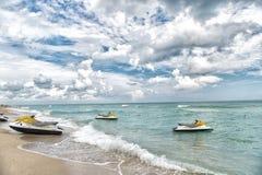 Miami, EUA - 10 de janeiro de 2016: o esqui do jato no mar acena na praia no céu azul nebuloso Recreação do active da água do ver Fotos de Stock