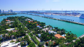 MIAMI - 27 FÉVRIER 2016 : Bateaux de croisière dans le port de Miami La ville Photos stock
