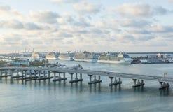 Miami Förenta staterna - April 7, 2018: Ottasikt av kryssningterminalen med en Lineup av stora skepp arkivfoto