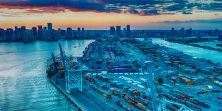 MIAMI - FEBRERO DE 2016: Vista aérea del horizonte de la ciudad del helicopt Foto de archivo libre de regalías
