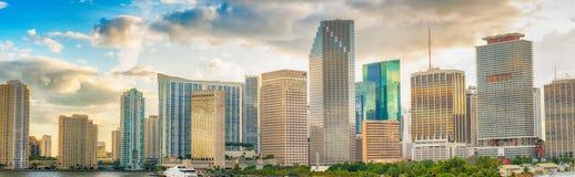 MIAMI - 25. FEBRUAR 2016: Im Stadtzentrum gelegene Miami-Skyline an einem sonnigen Tag Lizenzfreies Stockfoto