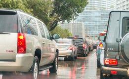 MIAMI, FL - 23 de febrero de 2016: Tráfico de ciudad en una tarde lluviosa Imagen de archivo