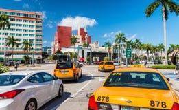 MIAMI FL - FEBRUARI 23, 2016: Stadsgator och trafik på en bea Royaltyfri Foto