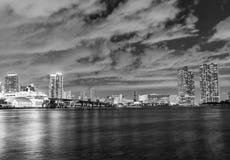 MIAMI FL, LUTY, - 27, 2016: Miasto linia horyzontu przy nocą Miami attr Fotografia Royalty Free