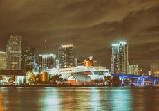 MIAMI FL, LUTY, - 27, 2016: Miasto linia horyzontu przy nocą Miami attr Obrazy Royalty Free