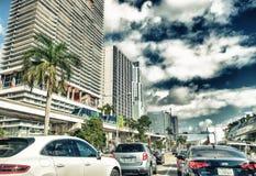 MIAMI FL, MARZEC, - 27, 2018: Ruch drogowy w śródmieściu na pięknym d fotografia royalty free