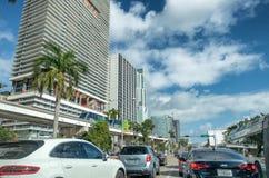 MIAMI FL, MARZEC, - 27, 2018: Ruch drogowy w śródmieściu na pięknym d fotografia stock