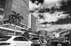 MIAMI FL, MARZEC, - 27, 2018: Ruch drogowy w śródmieściu na pięknym d zdjęcie royalty free