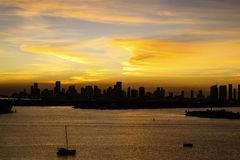 Miami FL, USA solnedgångsikt av i stadens centrum Miami från Miami Beach fotografering för bildbyråer