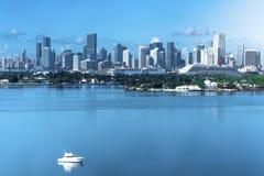 Miami FL, USA-Tagesansicht von im Stadtzentrum gelegenem Miami vom Miami Beach stockfoto