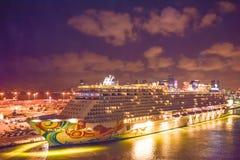 Miami Florida - April 4 2014: Norskt flyktkryssningskepp på soluppgång i porten av Miami arkivbild