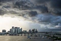 Miami Florida bij onweer met zonsondergang Mening van de grote donkere wolken en de sterke gagel van het overzees Stock Foto's