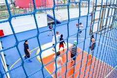 Miami, Florida - 29 de março de 2014: Rede em torno do campo de básquete e um jogo na sessão, a bordo o navio de cruzeiros da lib foto de stock