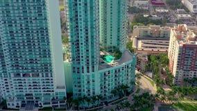 MIAMI, FLORIDA, DE V.S. - JANUARI 2019: Lucht de meningsvlucht van het hommelpanorama over het centrum van de het strandstad van  stock video