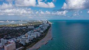 MIAMI, FLORIDA, DE V.S. - JANUARI 2019: De luchtvlucht van de het panoramamening van de hyperlapse4k hommel over het strand oceaa stock footage