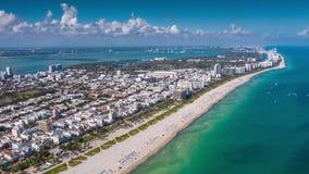 MIAMI, FLORIDA, DE V.S. - JANUARI 2019: De luchtvlucht van de het panoramamening van de hyperlapse4k hommel over het strand oceaa stock video