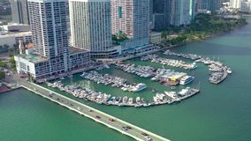 Miami, Florida, de V.S. - Januari 2019: De luchtvlucht van de hommelmening over het district van Miami Edgewater op Biscayne-Baai stock footage