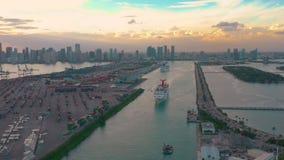 Miami, Florida, de V.S. - Januari 2019: De luchtvlucht van de hommelmening over de zeehaven van Miami Schepen en cruisevoeringen  stock footage