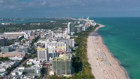 MIAMI, FLORIDA, DE V.S. - MEI 2019: Lucht de meningsvlucht van het hommelpanorama over het strand van Miami Het zand en het overz stock video