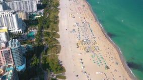 MIAMI, FLORIDA, DE V.S. - MEI 2019: Lucht de meningsvlucht van het hommelpanorama over het strand van Miami Het zand en het overz stock footage