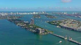 MIAMI, FLORIDA, DE V.S. - MEI 2019: De luchtvlucht van de hommelmening over de Baai van Miami Biscayne Viaducten en viaducten van stock videobeelden