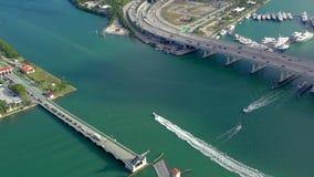 MIAMI, FLORIDA, DE V.S. - MEI 2019: De luchtvlucht van de hommelmening over de Baai van Miami Biscayne Viaducten en viaducten van stock video