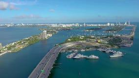 MIAMI, FLORIDA, DE V.S. - MEI 2019: De luchtvlucht van de hommelmening over de Baai van Miami Biscayne Viaducten en viaducten van stock footage