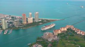 MIAMI, FLORIDA, DE V.S. - MEI 2019: De luchtvlucht van de hommelmening over het strand van Miami Zuidenstrand en Visserseiland va stock videobeelden
