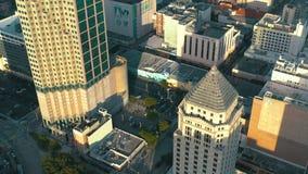 MIAMI, FLORIDA, DE V.S. - MEI 2019: De luchtvlucht van de hommelmening over Miami de stad in Hotels, bedrijfsgebouwen van hierbov stock video