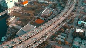 MIAMI, FLORIDA, DE V.S. - MEI 2019: De luchtvlucht van de hommelmening over Miami de stad in Wegviaduct en viaduct van hierboven stock footage