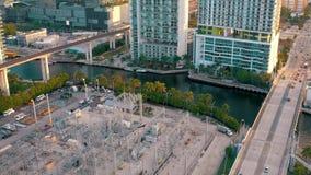 MIAMI, FLORIDA, DE V.S. - MEI 2019: De luchtvlucht van de hommelmening over Miami de stad in Wegviaduct en viaduct van hierboven stock video
