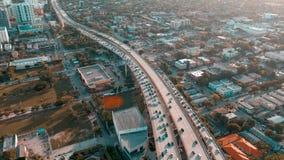 MIAMI, FLORIDA, DE V.S. - MEI 2019: De luchtvlucht van de hommelmening over Miami de stad in Wegviaduct en viaduct van hierboven stock videobeelden