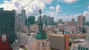 Miami, Florida, EUA - em maio de 2019: Tiro a?reo da baixa de Miami Bulevar de Freedom Tower e de Biscayne de cima de video estoque