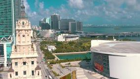 Miami, Florida, EUA - em maio de 2019: Tiro a?reo da baixa de Miami Bulevar de Freedom Tower e de Biscayne de cima de vídeos de arquivo
