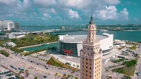 Miami, Florida, EUA - em maio de 2019: Tiro a?reo da baixa de Miami Bulevar de Freedom Tower e de Biscayne de cima de filme