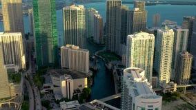 MIAMI, FLORIDA, EUA - EM MAIO DE 2019: Voo a?reo da opini?o do zang?o sobre a baixa de Miami Hot?is, constru??es do neg?cio de ci video estoque