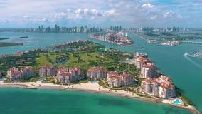 MIAMI, FLORIDA, EUA - EM MAIO DE 2019: Voo a?reo da opini?o do zang?o sobre Miami Beach Ilha sul da praia e do Fisher de cima de filme
