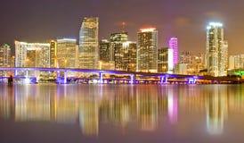 Miami Florida i stadens centrum byggnader på natten Arkivbilder